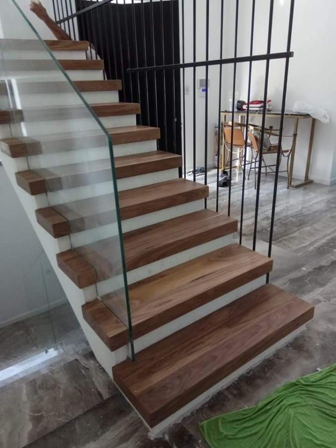 מדרגות עץ אגוז אמריקאי בבית
