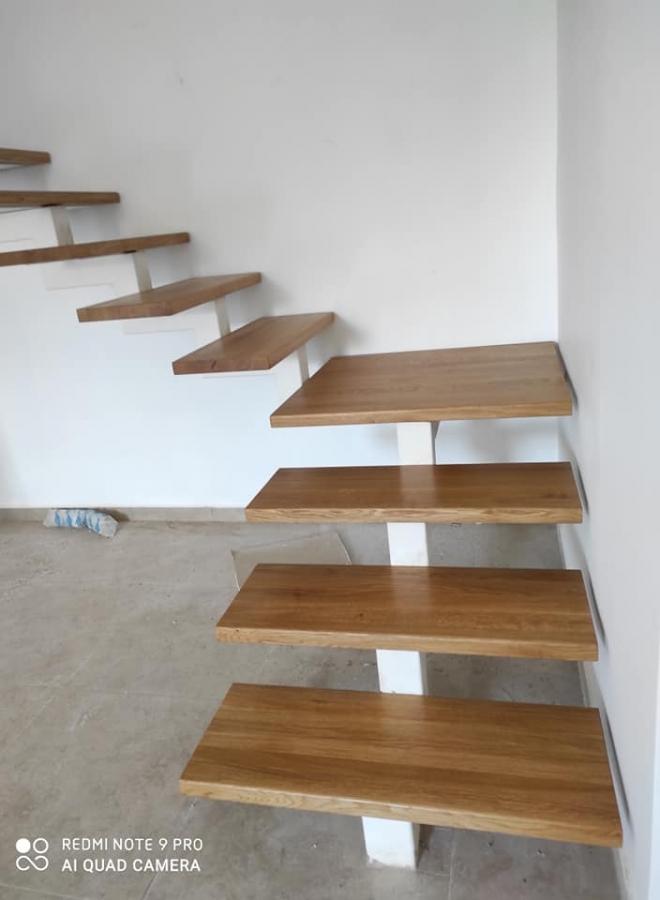 מדרגות עץ אלון אירופאי