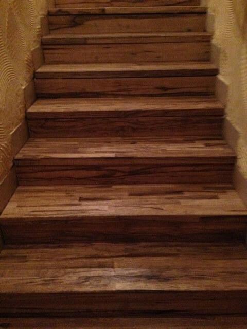 מדרגות עץ למסעדה