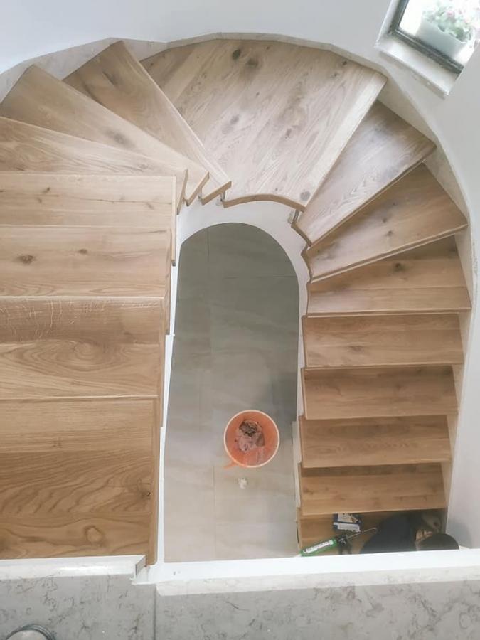 מדרגות עץ אלון ספירליות