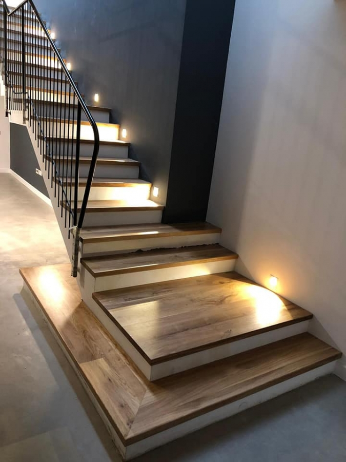 מדרגות עץ במספר גדלים
