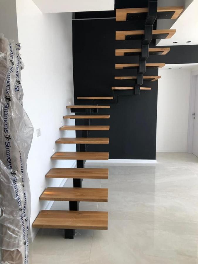 מדרגות עץ בשילוב ברזל