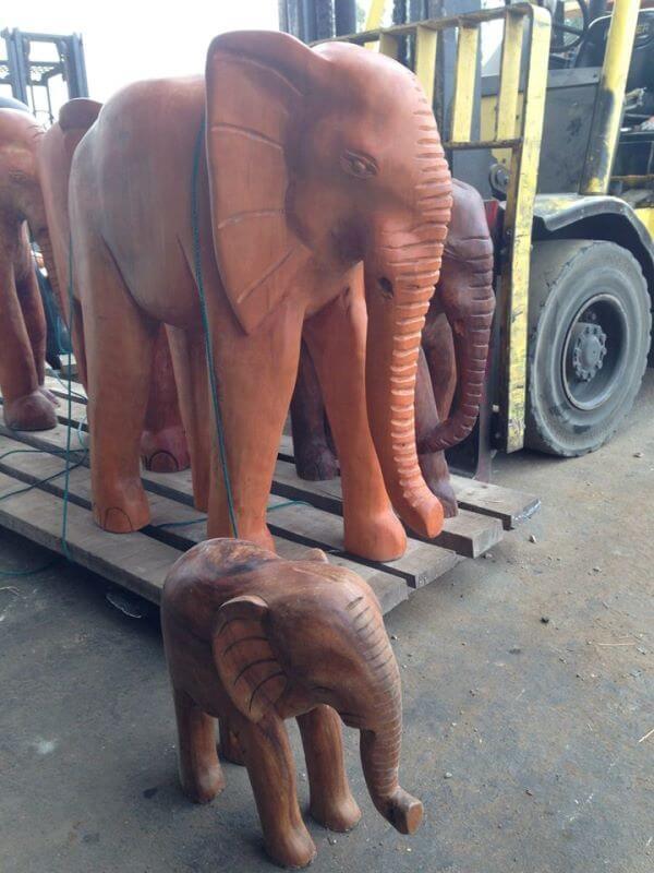 פילים מעץ מלא במחסן