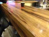 פלטה לשולחן מעץ אגוז